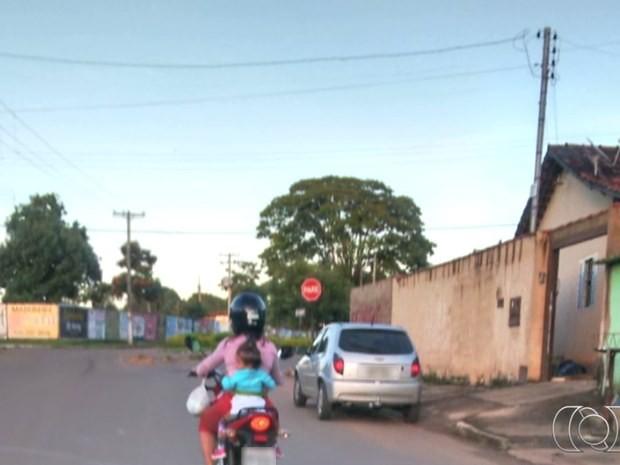 Criança é levada sem capacete na garupa de moto em Bela Vista de Goiás (Foto: Reprodução/ TV Anhanguera)