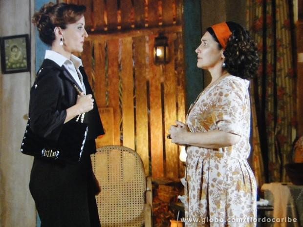 Guiomar conta o bafo que causou e convence Adília a procurar um advogado (Foto: Flor do Caribe/TV Globo)