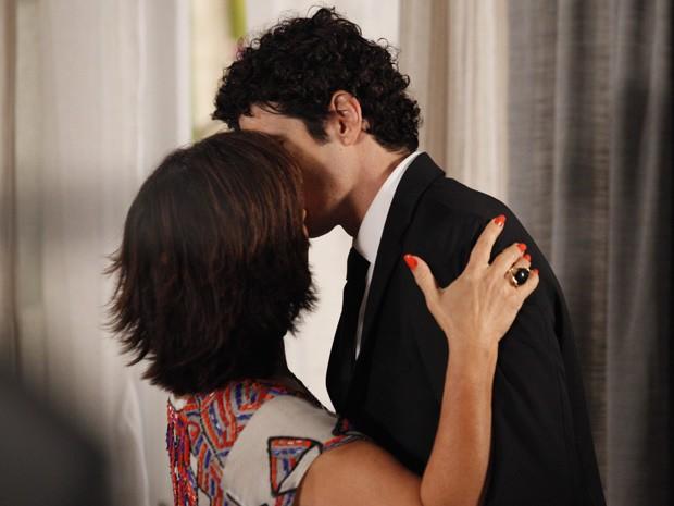 Roberta beija Nando e não deixa que ele diga que está apaixonado por outra mulher (Foto: Guerra dos Sexos / TV Globo)