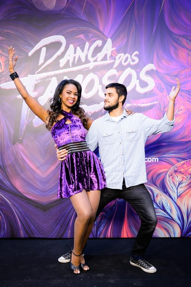 Felipe Simas e  Carol Agnelo (Foto: Globo/Ramón Vasconcelos)