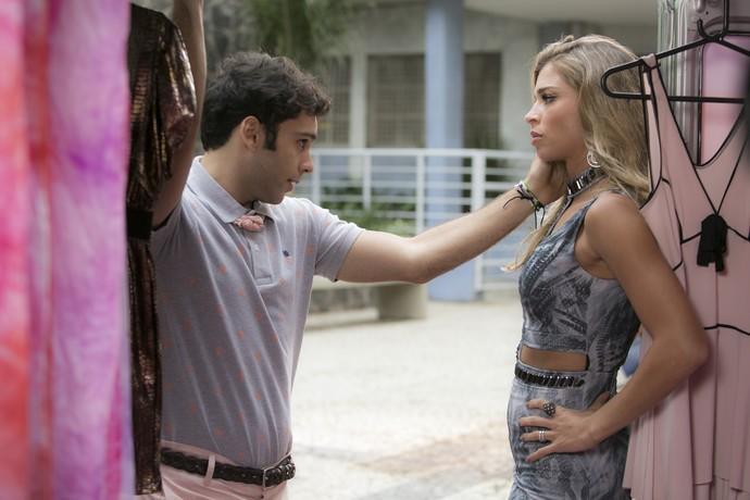 Gledson interfere no assunto e faz com que Luciane pense sobre a proposta (Foto: Raphael Dias/Gshow)