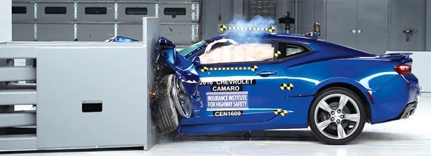 Chevrolet Camaro, Ford Mustang e Dodge Challenger passam por crash test (Foto: Divulgação)