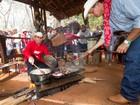 Tropeiros preparam almoço com arroz carreteiro e feijão gordo em Barretos