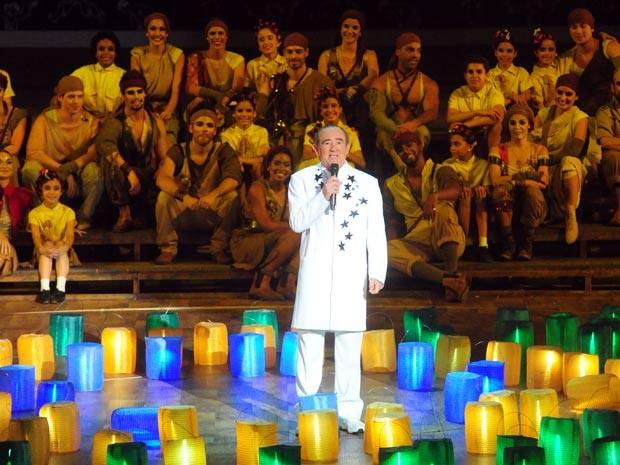 O mestre de cerimônias do Criança Esperança, Renato Aragão, dá início ao show deste sábado (20) na HSBC Arena, no Rio (Foto: João Miguel Júnior/TV Globo)