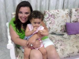 Cirley com uma das filhas de Sandra; ela morreu aos 40 anos (Foto: Arquivo Pessoal/ Sandra Rodrigues)