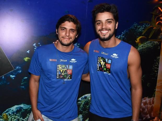Bruno Gissoni e Rodrigo Simas em camarote em Salvador, na Bahia (Foto: Caio Duran e Charles Naseh/  Divulgação)