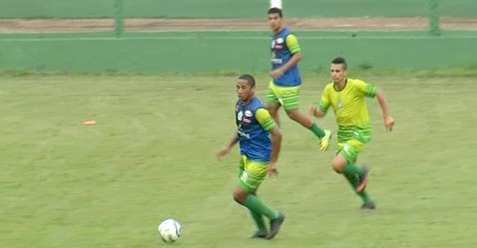 Volante Feijão recém-contratado com a bola nos pés (Foto: Reprodução/TV Anhanguera)