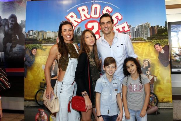 Giba e filhos em estreia do filme Carrosel (Foto: Marcos Ferreira /Brazil News)
