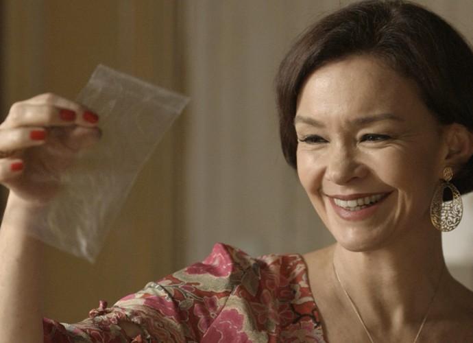 Dorotéia pega um fio de cabelo da Melissa para fazer DNA (Foto: TV Globo)