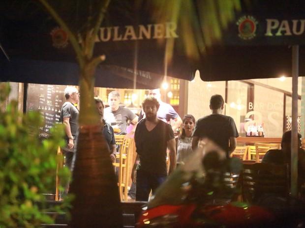 Cauã Reymond em restaurante na Zona Oeste do Rio (Foto: Dilson Silva/ Ag. News)