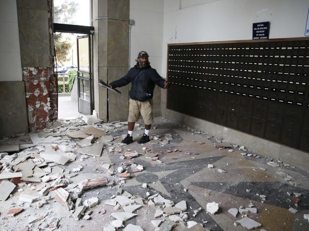 Homem olha os danos causados a uma estação de correio após o terremoto em Napa, na Califórnia (Foto: Eric Risberg/AP Photo)