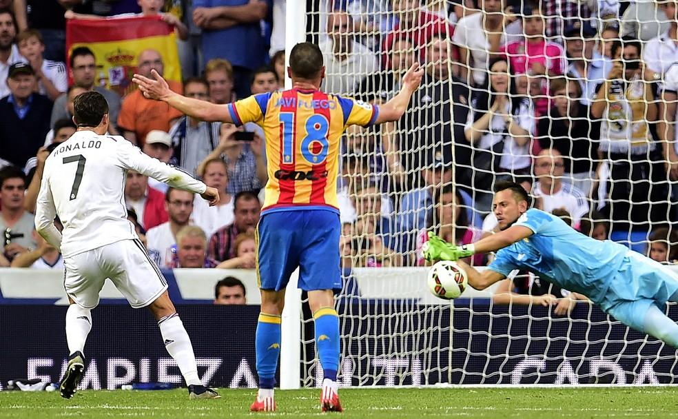 Diego Alves pegou 3 de 4 pênaltis cobrados por Cristiano Ronaldo nos jogos Valencia x Real Madrid (Foto: AFP)