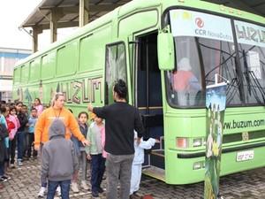 Crianças podem assistir teatro gratuito dentro de ônibus nesse sábado (15) (Foto: Divulgação/Nova Dutra)