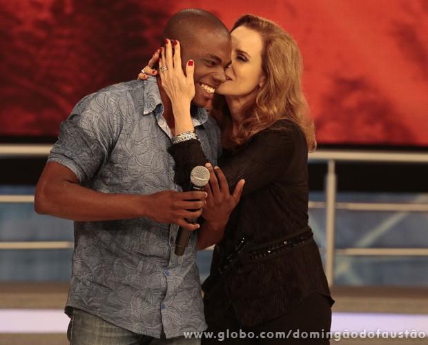 Bia Seidl cumprimenta seu parceiro do 'Dança' Edson Almeida (Foto: Domingão do Faustão / TV Globo)