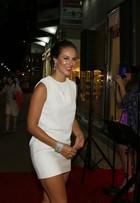 Paolla Oliveira usa minivestido branco e exibe bronzeado no Rio