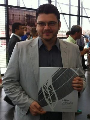 Jornalista Ciro Câmara, autor do livro sobre a Arena Castelão (Foto: João Marcelo Sena)