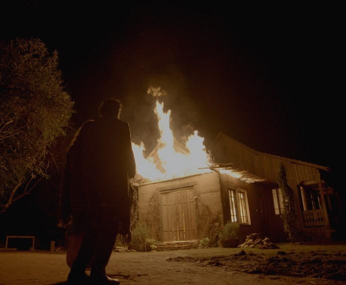 Emília e Ariel observam a taberna em chamas (Foto: TV Globo)