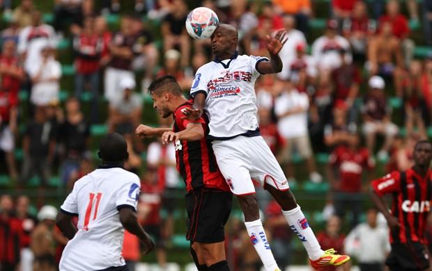 Adriano do Atlético-PR e Reinaldo do paraná (Foto: Geraldo Bubniak / Ag. Estado)