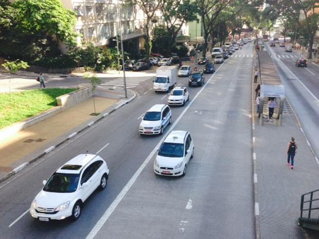 Táxi usando corredor de ônibus na Avenida Nove de Julho, em horário de pico (Foto: Márcio Pinho/G1)