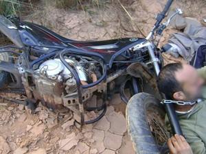 Motorista explica como puxou moto com o pescoço: 'Não forjei nada' (Foto: Divulgação/Polícia Militar)