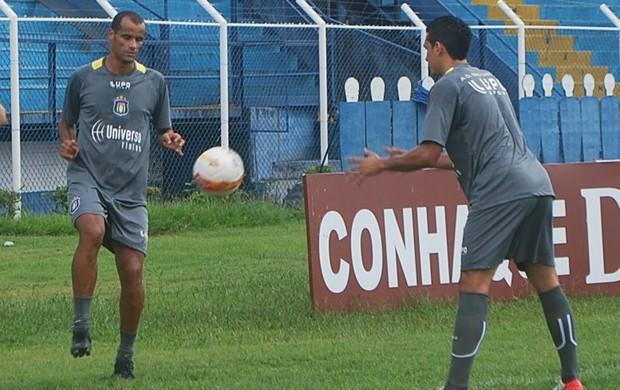 Rivaldo faz primeiro treino em campo no São Caetano (Foto: Marcos Guerra)