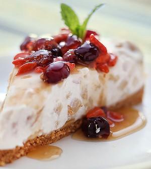 Cheesecake de maçã com iogurte e calda de goji berry e groselha fresca (Foto: Rogério Voltan/ Editora Globo)
