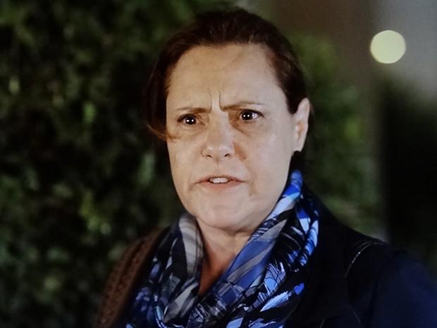 Tina fica chocada ao descobrir que a jornalista a seguiu (Foto: TV Globo)