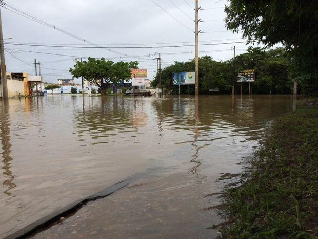 Ruas continuam alagadas no bairro Jabotiana  (Foto: Tássio Andrade/G1)