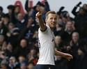 Tottenham vence com três de Harry Kane e segue na cola do Chelsea
