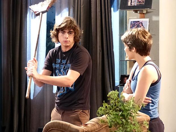 Pedro decide enfrentar a cascuda para salvar sua esquentadinha (Foto: Malhação / Gshow)