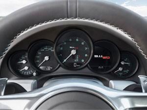 Rotulagem verde no painel de instrumentos remete ao primeiro Porsche 911 (Foto: Divulgação)