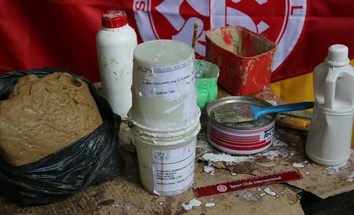 Materiais utilizados na estátua de Fernandão vão desde argila até vaselina e resina (Foto: Paula Menezes/GloboEsporte.com)