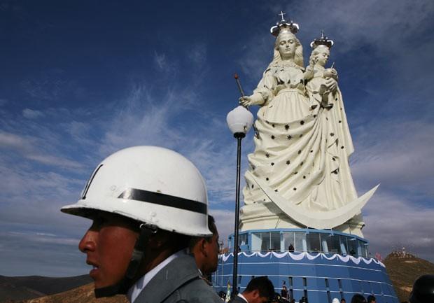 Estátua da Virgem de Socavón durante a inauguração nesta sexta-feira (1º) em Oruro (Foto: AFP)