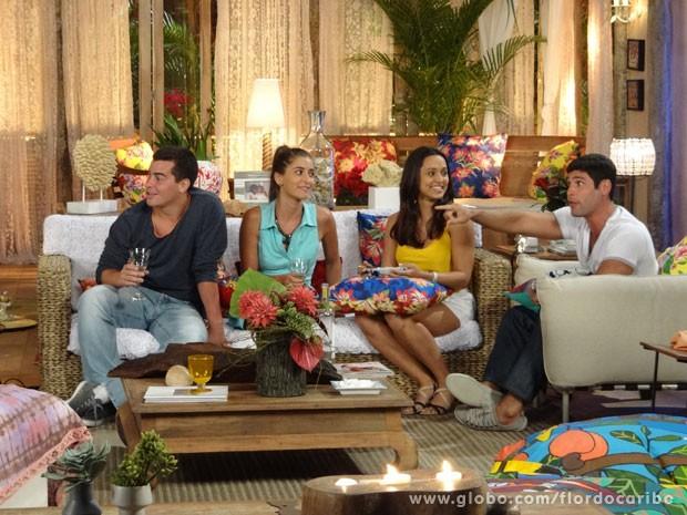 ciro é obrigado a levar os tenentes para o jantar (Foto: Flor do Caribe / TV Globo)
