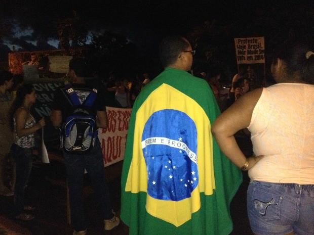 Jovem com a bandeira do Brasil (Foto: Leile Ribeiro/G1)