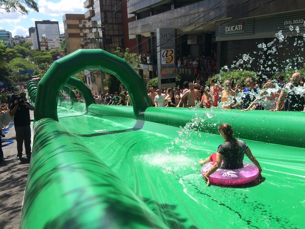 2989fc9235044 G1 - Toboágua gigante de rua atrai público em domingo de sol em ...