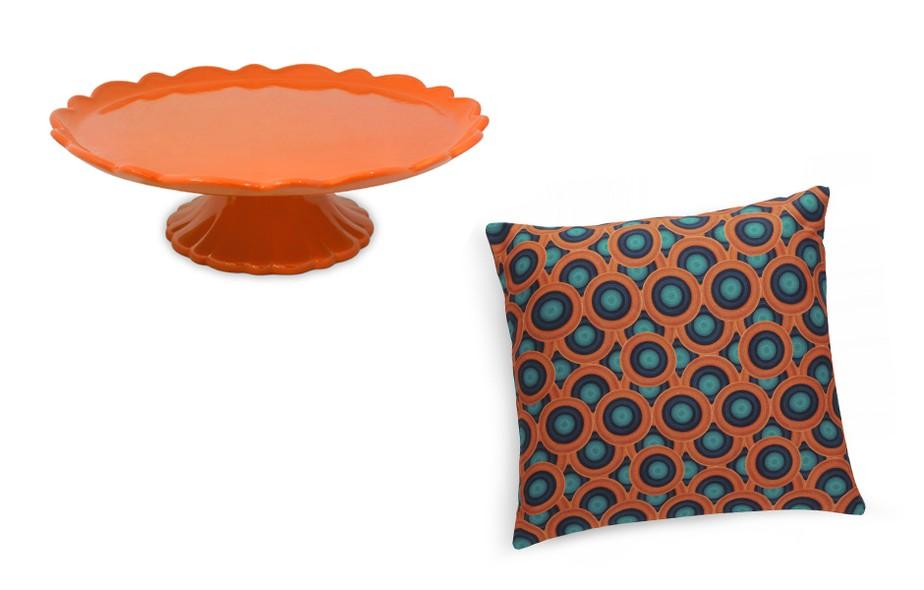 A boleira de cerâmica da MondoCeram Gourmet foi desenvolvida para acomodar bolos com até 27 cm de diâmetro. As cores disponíveis são branco, amarelo, laranja, vermelho e verde. Já a almofada estampada é assinada por Carolina Haveroth para a Copa&Cia