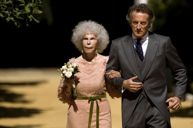 A duquesa de Alba durante seu casamento com Alfonso Diez, 25 anos mais novo, em outubro de 2011 (Foto: Jorge Guerrero/AFP)