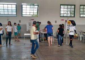 Patativa, mascote do Central, em uma das seções eleitorais de Caruaru (Foto: Jadson Carvalho)