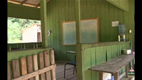 Alunos de escola ribeirinha enfrentam as piores condições para estudar