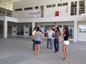 Bolsistas reclamam que também do atraso no pagamento da bolsa (Foto: Micaelle Morais/G1)