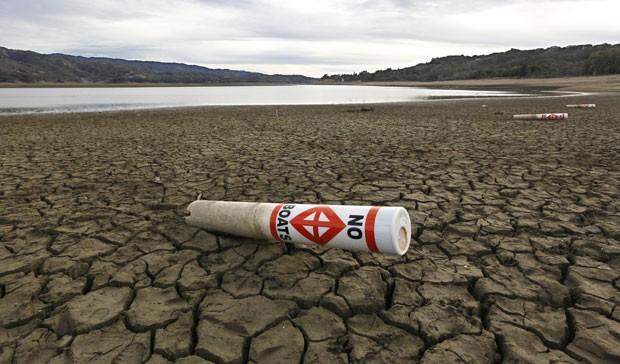 Imagem feita em 4 de fevereiro mostra área seca do Lago Mendocino, na Califórnia. O reservatório está com apenas 37% de sua capacidade, de acordo com o governo do estado norte-americano (Foto: Rich Pedroncelli/AP)