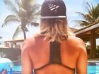 Claudia Leitte aproveita dia de sol na beira da piscina e exibe cinturinha