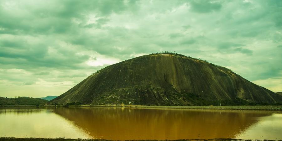 O rio Doce, visto em trajeto de trem entre Minas Gerais e Espírito Santo. As águas escuras mostram o impacto causado pela lama da barragem da Samarco (Foto: Camila Pastorelli)