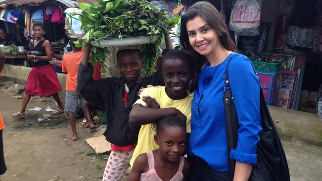 Tatyana Jorge na Nigéria, cobrindo trabalhos humanitários (Foto: Arquivo Pessoal)