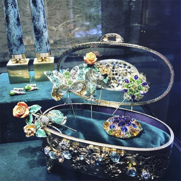 A case of gender envy. More of the menswear jewellery from Dolce & Gabbana (Foto: @suzymenkesvogue)