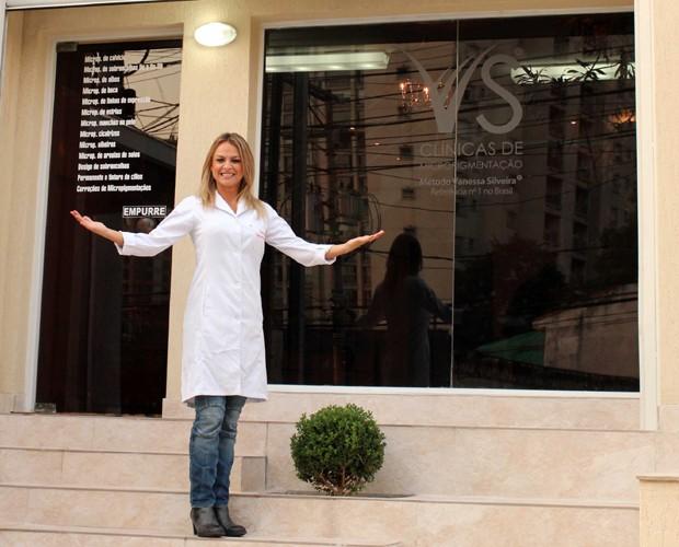 Vanessa Silveira em frente a uma das unidades da Clínica VS (Foto: Divulgação)