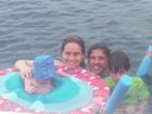 Fernanda Gentil curte viagem em família e mostra filho no mar