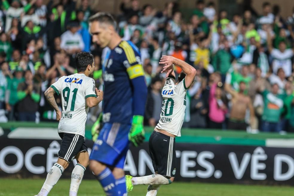 Fernando Prass lamenta o gol do Coritiba nesta quarta-feira (Foto: Agência Estado)