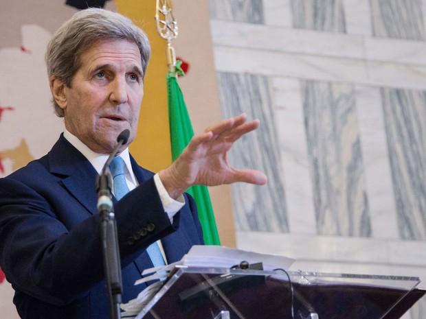 O secretário de Estado dos EUA, John Kerry, fala durante coletiva de imprensa após encontro para debater o combate ao Estado Islâmico, em Roma, na terça (2) (Foto: AFP Photo Pool/Nicholas Kamm)